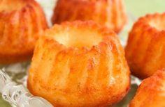 Mufins pufoase cu portocala, coaja rasa si 50-70 ml de suc 150 g de zahar 2 lingurite zahar vanilat 150 g unt 3 oua 2 lingurite praf de copt 200-250 g faina