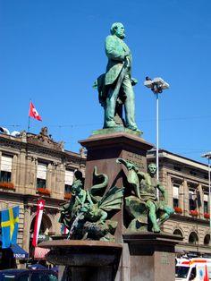Chafariz -estátua. O senhor da estátua é um dos pioneiros da ferrovias na Suíça