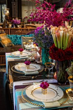 I love those chargers! Like this Bohemian Wedding Shoot – different colored vases… Beautiful Table Settings, Wedding Table Settings, Place Settings, Bohemian Wedding Decorations, Bohemian Decor, Wedding Themes, Bohemian Party, Bohemian Style, Bodas Boho Chic