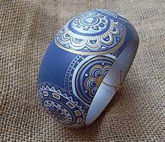 Brazalete en madera, pintado a mano.