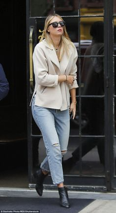 Maria Sharapova shows off edgy sense of style with a chic coat and ripped jeans Maria Sharapova, Tennis Players Female, Tennis Stars, Black Ankle Boots, Sport Tennis, Soccer, Ripped Jeans, Dress To Impress, Sexy Women