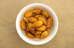 ナッツ類はとても栄養価の高い食品ですが、そのまま食べると消化不良を起こしたりします。これはナッツ類に含まれる酵素抑制物質が体内の消化酵素を阻害する事で起きるのですが、酵素抑制物質は水で中和されるので食べる前に水に浸すことでそのデメリットを解消しナッツ類が持つ栄養を最大限に利用する事が出来るのです。