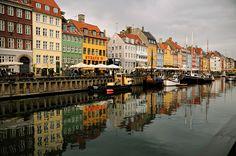 #Danemark - Grisaille colorée au canal de Nyhavn #Copenhague #Copenhagen