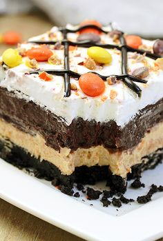 Reese s Pieces Peanut Butter Chocolate Lasagna simple and easy no bake layered rich taste dessert with Reese s pieces Oreo cookies peanut butter and chocolate pudding topped with cool whip Reese s pieces and chocolate syrup Layered Desserts, Köstliche Desserts, Holiday Desserts, Delicious Desserts, Dessert Recipes, Health Desserts, Chocolate Lasagna, Chocolate Desserts, Chocolate Pudding