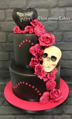 Halloween wedding cake - Cake by Chocomoo Skull Wedding Cakes, Gothic Wedding Cake, Sugar Skull Wedding, Gothic Cake, Skull Cakes, Scary Halloween Cakes, Bolo Halloween, Halloween Bride, Halloween Wedding Cakes