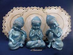 O conjunto é formado por 03 Budas jovens. As imagens são de gesso, pintados com azul cintilante.  Foram aplicados cristais .  TAMANHO DAS IMAGENS (DA ESQUERDA PARA A DIREITA)  Buda pensativo: Altura 24 cm - comprimento 15 cm - profundidade 14 cm.  Buda meditando: Altura 24 cm - comprimento 15 cm ... Indonesian Decor, Buddha Artwork, 257, Little Buddha, Buddha Zen, Boho Diy, Sculpture, Feng Shui, Namaste