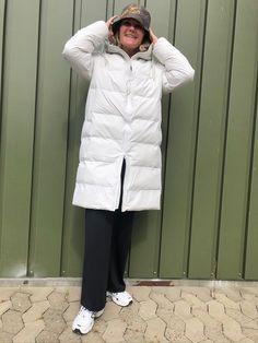 Long Puffer Jacket i hvid er en dejlig varm lang vinterjakke fra Rains. Jakken er i et åndbart og vandtæt materiale. Jakken har et mat udtryk og er bare super cool til at tage over ethvert outfit! Så søger du en jakke der er både praktisk og cool, så er denne puffer jacket fra Rains et god bud! Puffer Jackets, Winter Jackets, Mullets, Off White, Outfits, Collection, Fashion, Jacket, Winter Coats