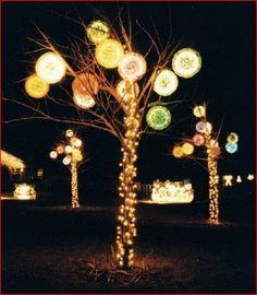 Art Crafts For Christmas - Holiday Light Ball craft-ideas Holiday Lights, Christmas Lights, Holiday Fun, Holiday Decor, Noel Christmas, All Things Christmas, Vintage Christmas, Summer Crafts, Fun Crafts