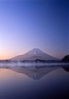 Fujiyama at dawn - Lake Shojiko - Yamanashi - Japan Asia Travel, Japan Travel, Landscape Photos, Landscape Photography, Wonderful Places, Beautiful Places, Mount Fuji Japan, Monte Fuji, Wanderlust