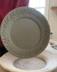 This is how I apply my rim designs to my dinnerware plates. Hand Built Pottery, Slab Pottery, Pottery Plates, Ceramic Pottery, Pottery Art, Thrown Pottery, Pottery Studio, Pottery Painting, Ceramic Painting