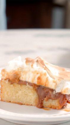 Já imaginou fazer um bolo bem quentinho com doce de leite e chantilly tostado?