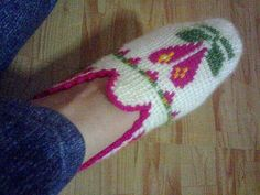 This Pin was discovered by gul Crochet Shoes, Crochet Slippers, Tunisian Crochet, Knit Crochet, Afghan Stitch, Baby Boots, Baby Dress, Diy And Crafts, Shoes Sandals
