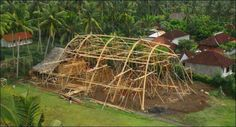 Basketball hall construction in the Green School, by Ibuku, in Bali Hall Construction, Bamboo Construction, Bali Indonisia, Green School Bali, Roofing Logo, Roof Structure, Home Builders, Building Design, House Design