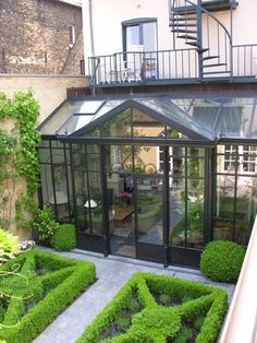 Pas fan du jardin à la française trop rangé mais fan du reeeste #conservatorygreenhouse