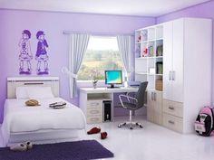 Mädchenzimmer in Violett mit attraktiver Wandtattoo und funktionalen Möbeln