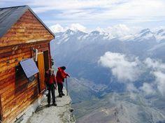 Это хижина Сольве, расположенная на высоте 4003 метров на горе Маттерхорн в Швейцарии. Если заберетесь когда-нибудь, то сможете тут отдохнуть.