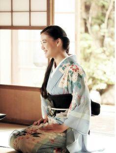 this is what japanese beauty is. I 💗 Japanese Girls Yukata Kimono, Kimono Japan, Kimono Dress, Traditional Japanese Kimono, Traditional Fashion, Traditional Dresses, Japanese Beauty, Japanese Girl, Japanese Geisha