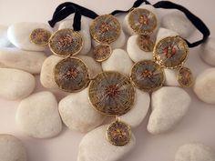 Conjunto de collar y pendientes etnicos artesanales elaborados con hilo de cobre, bronce y alpaca, siguiendo los patrones de la cesteria tradicional. Procede del Norte de India.