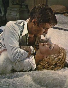 """George Peppard y Carroll Baker en """"Los Insaciables"""" (The Carpetbaggers), 1964"""