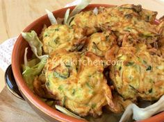 Le frittelle di zucchine sono uno sfizioso secondo piatto vegetariano da servire anche come antipasto finger food. Piacciono molto ai bambini