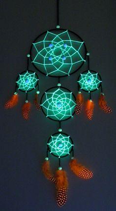 Attrape rêve UV vert fait main avec plume et perle UV. Attrape rêve à 5 anneaux de 60 cm sur 20 cm qui réagit à la lumière noir comme sur les