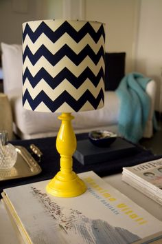 Uma combinação perfeita: abajour com base amarela e cúpula em ziguezague seguindo o estilo navy, a estampa com uma temática marinha que está fazendo sucesso! Ele está prontinho, é só decidir onde vai colocar!  Obs.: Não vem com lâmpada. Voltagem: 110v
