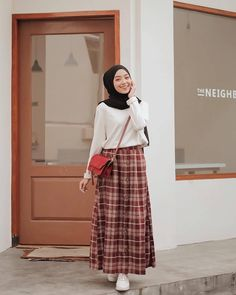 Long Skirts Outfit Ideas Gallery chic hijab outfit ideas with pattern skirt hijab style Long Skirts Outfit Ideas. Here is Long Skirts Outfit Ideas Gallery for you. Long Skirts Outfit Ideas color pop maxi infinity scarf easy outfit in Modern Hijab Fashion, Street Hijab Fashion, Muslim Fashion, Look Fashion, Skirt Fashion, Fashion Outfits, Hijab Casual, Ootd Hijab, Hijab Chic