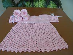 Vestidinho e sandalinha para boneca Reborn, feitos em linha de algodão.  Vestidinho - largura: 44cm, comp: 35 cm  Sandalinha -largura ; 3 cm, comp: 5 cm e alt. : 4 cm R$ 70,00