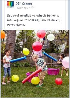 Gioco con i palloncini e i tubi di gomma.