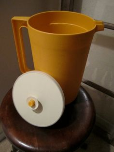 #Tupperware gold pitcher // yo tambien tenia una de esas :P
