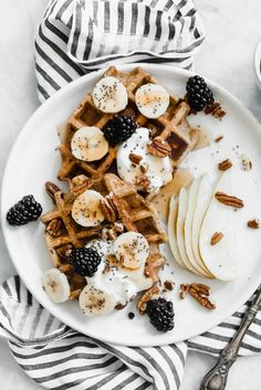 Gluten-Free Pumpkin Spice Waffles (Made in a Blender!) - Broma Bakery - Gluten Free Pumpkin Spice Blender Pancakes made in the blender for the most easy prep ever! Think Food, I Love Food, Good Food, Yummy Food, Pumpkin Spice Waffles, Broma Bakery, Snacks Saludables, Gluten Free Pumpkin, Aesthetic Food