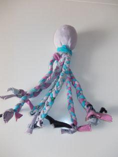 Alte Socken muss man nicht wegwerfen, man kann daraus auch neues #Hundespielzeug machen