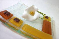 Centro de mesa / prato vidro colorido 17 x 17 cm R$ 39,00 Fused Glass, Plastic Cutting Board, Decorative Glass, Coloured Glass, Window Table, Glass Art, Cool Stuff, Centre