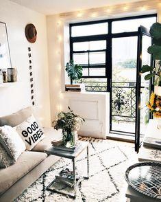 Mały salon z balkonem w oryginalnej aranżacji - Lovingit.pl