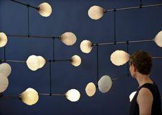 Katharina Mischer et Thomas Traxler, designers viennois, ont créé une installation lumineuse mobile dans le cadre de la London Design Biennale qui a lieu en ce moment-même (7 au 27 Septembre 2016).  Appelée LeveL, la structure lumineuse est attachée par un réseau délicat de branches avec à chaque extrémité un éclairage. L'ensemble aérien tient dans un équilibre précaire. Pour obtenir un éclairage de toutes les sources lumineuses, il faut que la structure bénéficie d'un équilibre parfait...