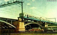RIO DE JANEIRO: AV. FRANCISCO BICALHO, 1957 A foto pertence ao acervo de Marcelo Almirante, mostrando o trem da Central do Brasil passando na ferrovia sobre a Avenida Francisco Bicalho, no Santo Cristo. A foto é dos anos 50, provavelmente de 1957.
