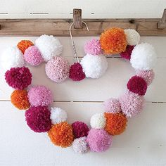 Diy: heart pom pom wreath supra помпоны, украшение комнаты e Valentine Day Crafts, Love Valentines, Holiday Crafts, Pom Pom Crafts, Yarn Crafts, Diy Crafts, Pom Pom Kranz, Hobbies And Crafts, Crafts For Kids