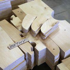Työvaihe: Bethy-sohva vielä palasina | Craft: Bethy sofa still in pieces Tuotantolinja: Sohvat | Production line: Sofas  #pohjanmaan #pohjanmaankaluste #käsintehty