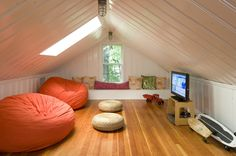 Small Space Living: 12 Creative Ways to Use an Attic Spaces or Loft styles spaces! Attic Playroom, Attic Loft, Loft Room, Attic Office, Attic Library, Attic House, Attic Ladder, Garage Attic, Attic Conversion Playroom