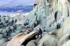 Sardegna-Spettacolare scogliera a Cala 'e Moro, nella costa di Bosa. Foto di Silvia Esca. Places Around The World, Around The Worlds, Wonderful Places, Beautiful Places, Regions Of Italy, Sardinia Italy, My Land, Corsica, Vacation Places