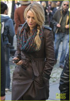 Blake Lively: 'Gossip Girl' Set with Leighton Meester & Ed Westwick!: Photo Blake Lively walks around the set of her show Gossip Girl bundled up in a coat and scarf on Monday (October in New York City. The newlywed actress… Blake Lively Gossip Girl, Blake Lively Style, Gossip Girl Outfits, Gossip Girl Fashion, Gossip Girls, Looks Teen, Leighton Meester, Chuck Bass, Nate Archibald