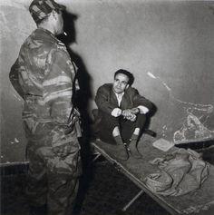 Mohamed Larbi Ben M'hidi lors de sa détention en 1957 , quelques jours plus tard il a été exécuté sur l'ordre de Paul Aussaress sans jugement