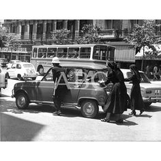 Madrid, 02/06/1972.- Un policía municipal ayuda a unas monjas a apartar un automóvil averiado en la calle de Serrano: Descarga y compra fotografías históricas en | abcfoto.abc.es