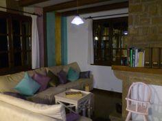 La zona de estar de nuestro salón, junto a la chimenea, y los nuevos colores de la pared del fondo.