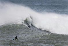 Carlos Burle surfa no pico da Papoa, em Peniche, Portugal (Foto: Arquivo Scooby)