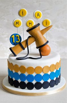 Kendama, o jucarie populara care face furori in ultima vreme, estede astazi si detaliul ce personalizeaza acest tort delicios. Culorile si detaliile le poti alege asa cum iti doresti. Printable Numbers, Birthday Cake, Drinks, Eat, Desserts, Food, Drinking, Tailgate Desserts, Beverages