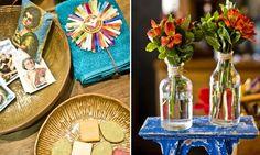 As garrafinhas de vidro podem virar vasos de flores. No lavabo, coloque um cestinho com imagens de santos, sabonetes e toalha