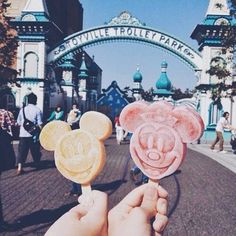 Shared by disneyland ♡. Find images and videos about disney, delicious and ice cream on We Heart It - the app to get lost in what you love. Walt Disney, Disney Parks, Disney Food, Disney Magic, Disney Pixar, Disney Mickey, Disney Usa, Mickey Mouse, Orlando Disney