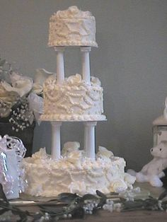 wedding cake pictures | Traditional wedding cake with 2 set of 5 inch size pillar and ...