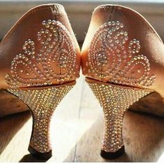 Scarpe decorate  #unavitaperladanza #instadance #ilovedance #ballroomshoes #dancesportshoes #danceshoes #Swarovski #strass #instashoes #glam #followme #tagsforlikes #igersitalia